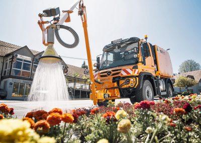 Eine Ecotech Gießanlage am Unimog, für die Pflege und Bewässerung von Blumen- und Beetanlagen. (Foto: Ecotech ©Stefan Leitner)
