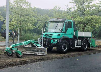 Die HEN-Wegepflegekombination im Einsatz: Eine rechtzeitige Reparatur vermeidet größere Schäden. (Foto: Jörg Krause)