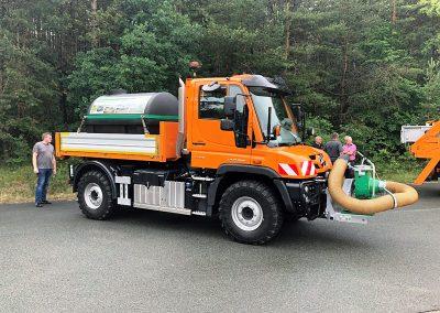 Ein Unimog U 218 mit HEN-Abrollsystem: Damit ist ein schneller Wechsel von verschiedenen Transportbehältnissen möglich. (Foto: Jörg Krause)